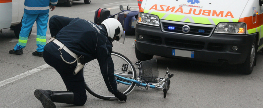 Scena di rilievi incidente con bicicletta